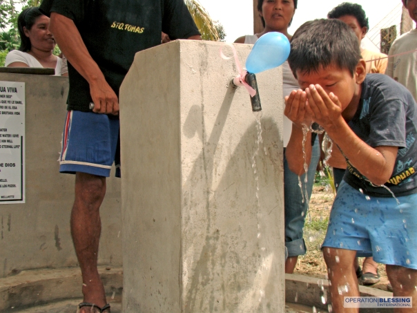 9772 PERU BOY DRINKS AT WELL